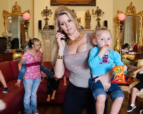 Jackie and her children, Orlando, Florida  ©Lauren Greenfield 2011